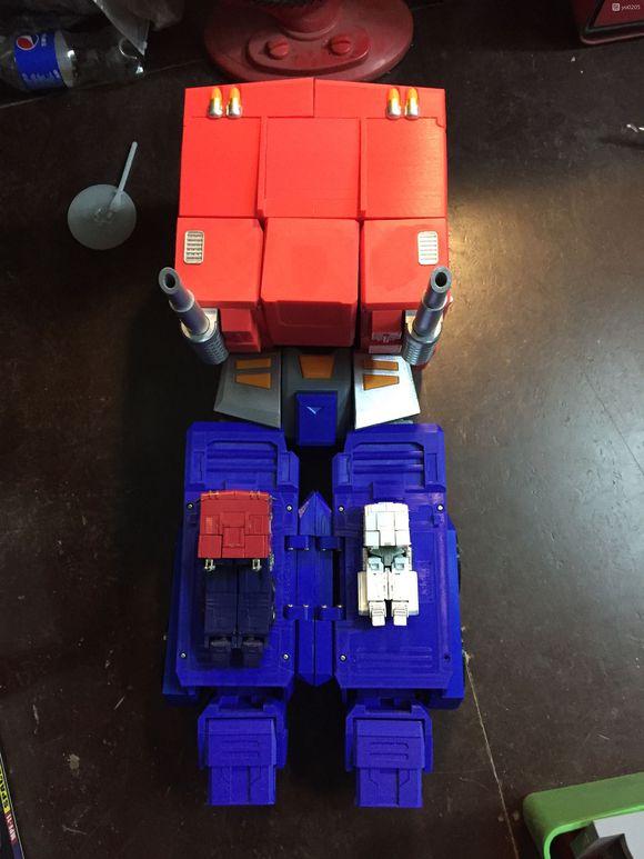 Un Optimus transformable et posable d'un mètre vingt Dab44a10