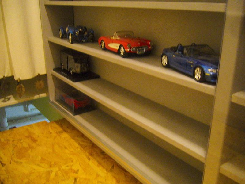 Etagère pour autos miniatures. P1270425