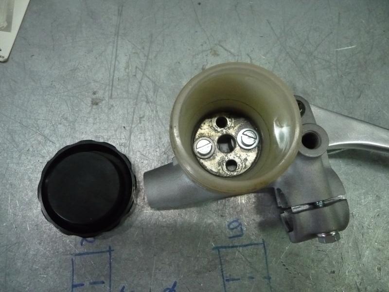 RESOLU !! GL1100. Problème maître cylindre de frein avant. P1290426