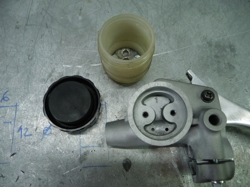 RESOLU !! GL1100. Problème maître cylindre de frein avant. P1290427