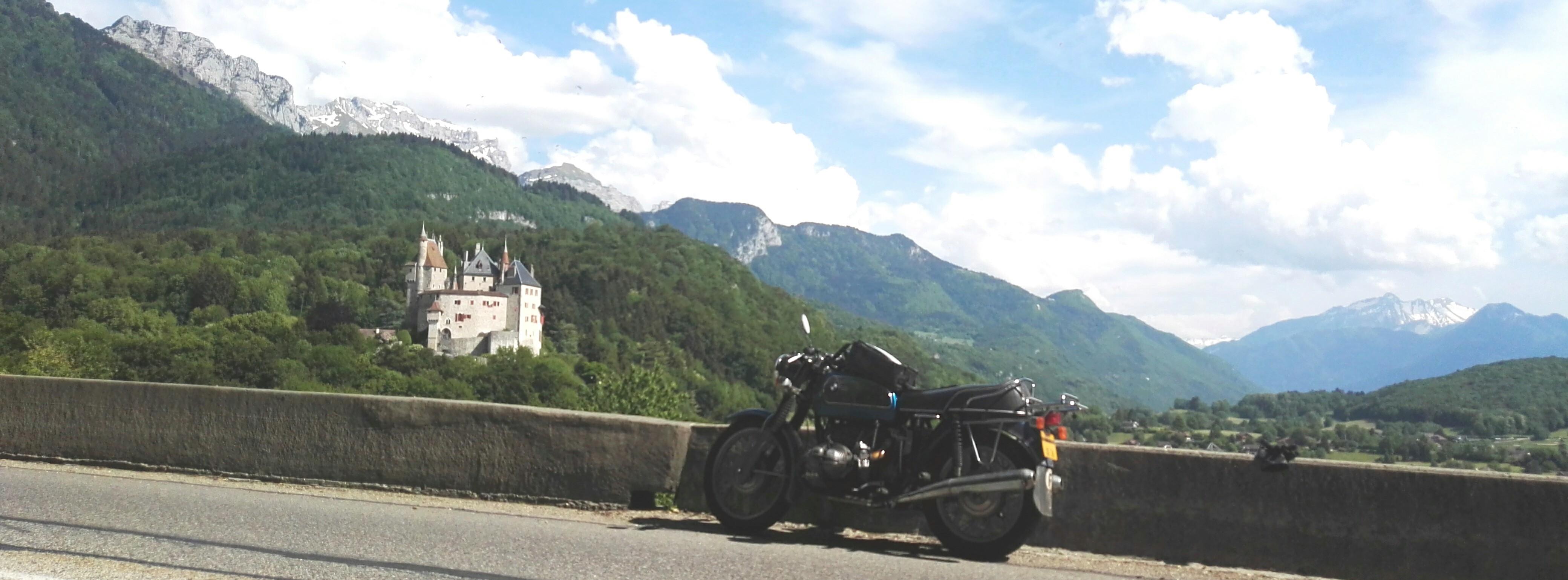 Photos de vous et de votre moto devant ....un château  - Page 16 Bellob10