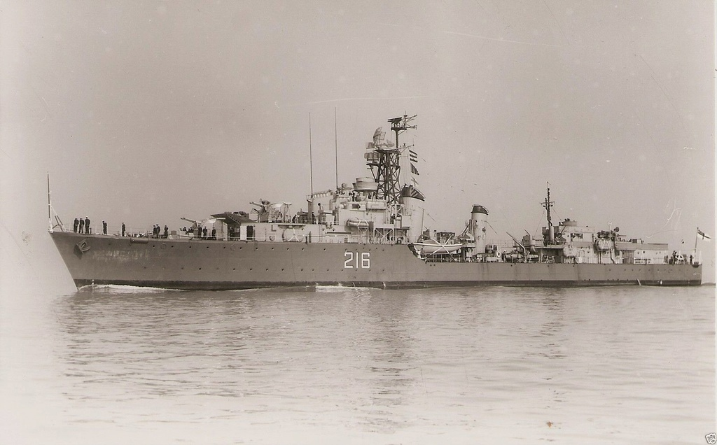 ROYAL CANADIAN NAVY - LES DESTROYERS Huron110
