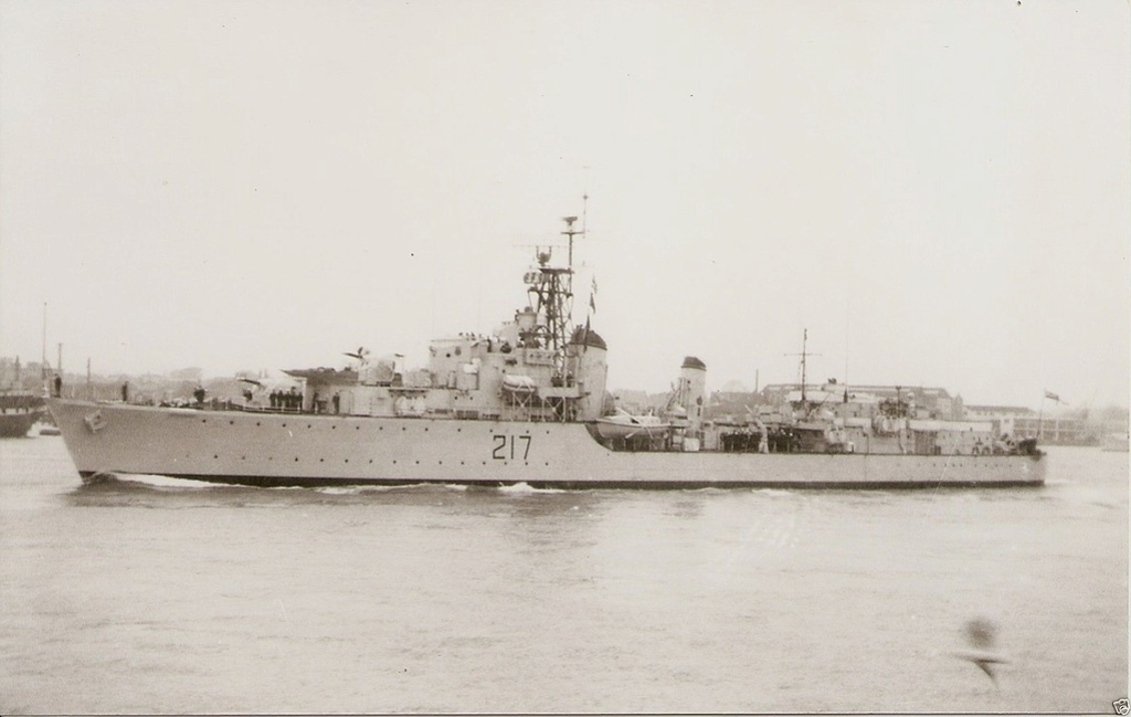 ROYAL CANADIAN NAVY - LES DESTROYERS Iroquo11