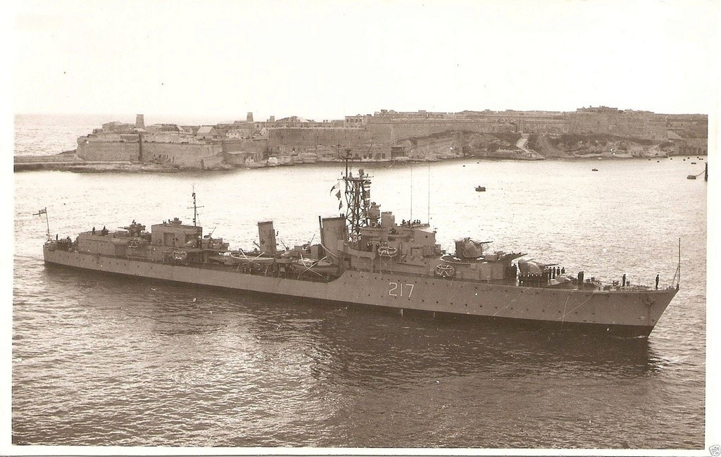 ROYAL CANADIAN NAVY - LES DESTROYERS Iroquo12