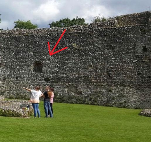 Le fantôme d'un moine photographié dans un château - Page 5 1110
