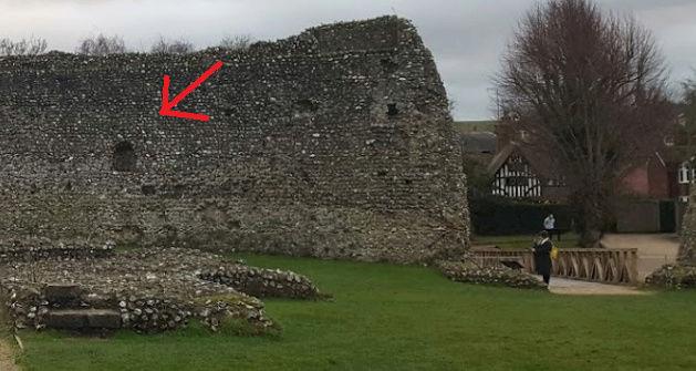 Le fantôme d'un moine photographié dans un château - Page 5 12410