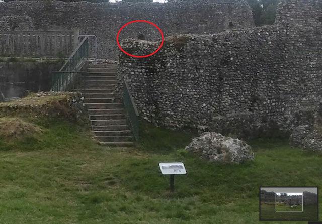 Le fantôme d'un moine photographié dans un château - Page 5 2210