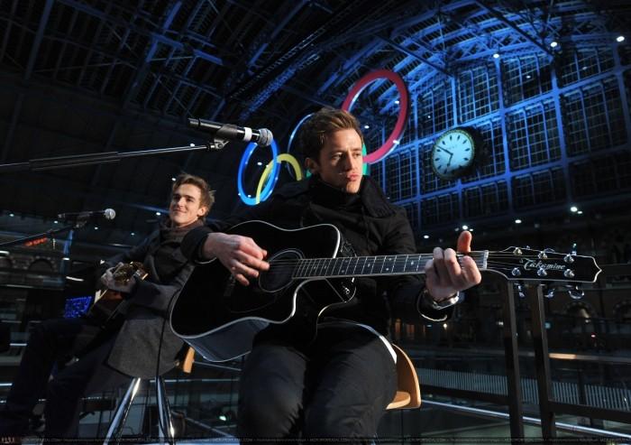 Tom y Danny tocan set acústico en estación de trenes. Normal12