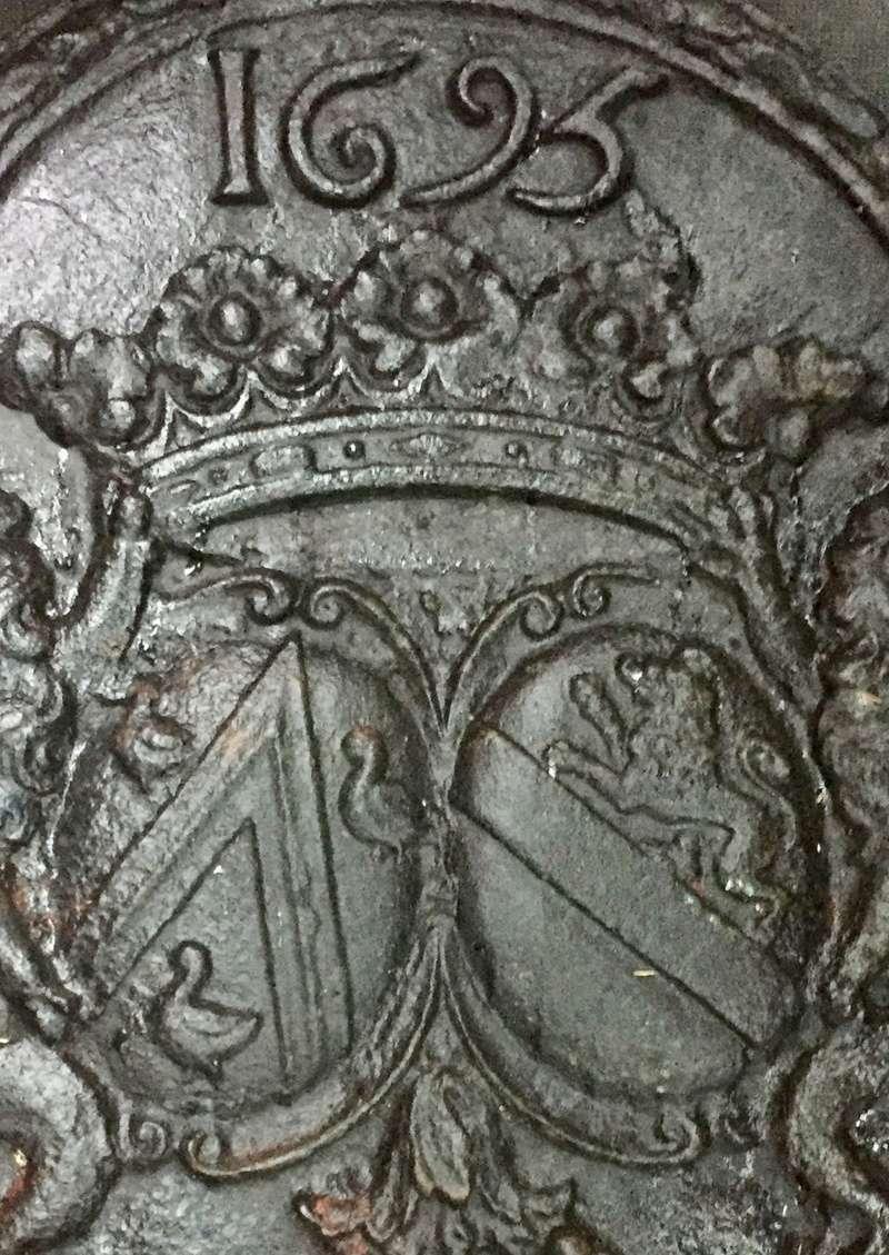 Armoiries alliance plaque cheminée 1695 93ceb210