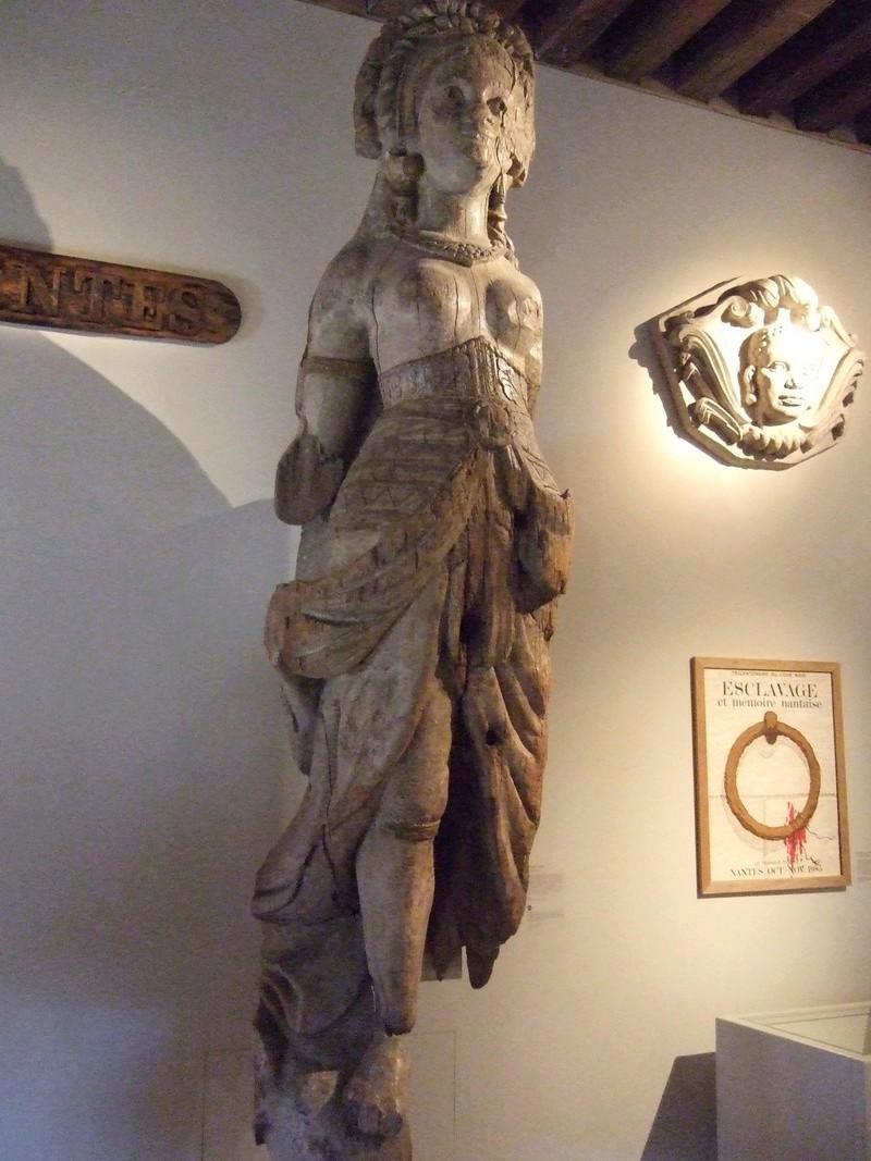 Découpe et la sculpture d'une figurine de proue Vacanc10