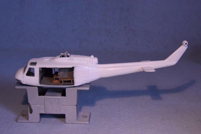 """Bell Huey UH-1H """"NASA"""" - Revell - 1/72 - Page 18 16610"""