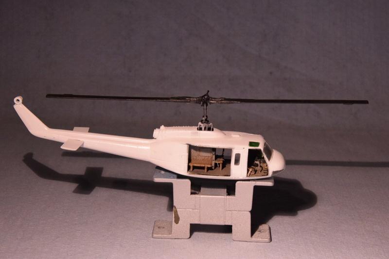 """Bell Huey UH-1H """"NASA"""" - Revell - 1/72 - Page 18 16810"""