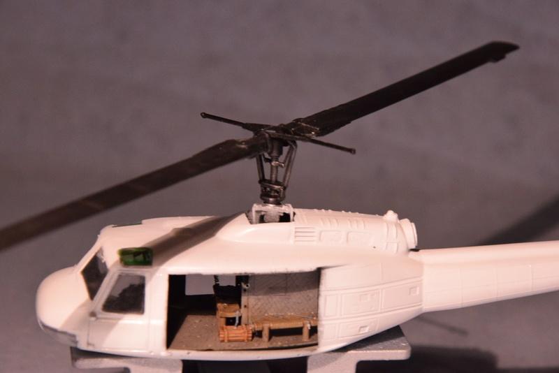 """Bell Huey UH-1H """"NASA"""" - Revell - 1/72 - Page 18 17011"""