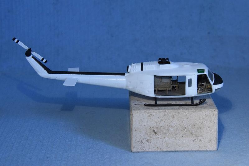 """Bell Huey UH-1H """"NASA"""" - Revell - 1/72 - Page 18 17110"""