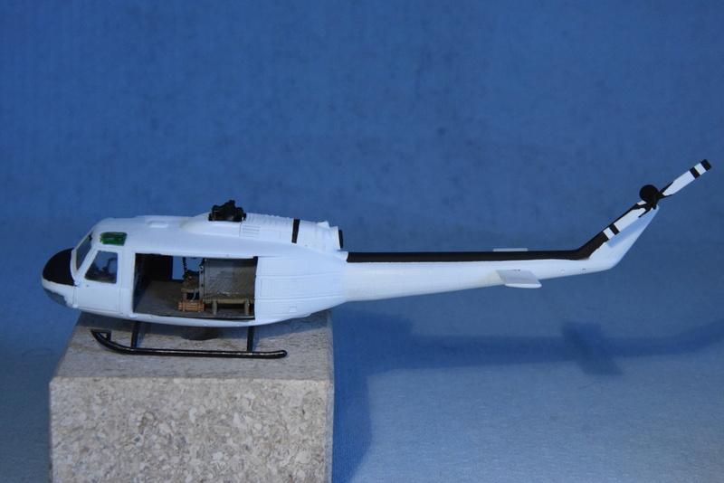 """Bell Huey UH-1H """"NASA"""" - Revell - 1/72 - Page 18 17210"""