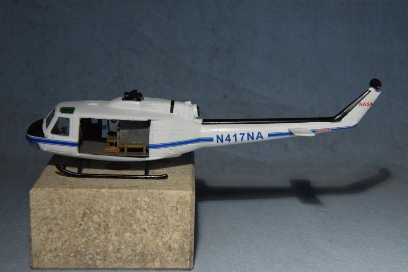 """Bell Huey UH-1H """"NASA"""" - Revell - 1/72 - Page 19 17310"""