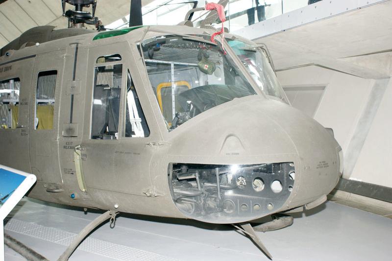 "Bell Huey UH-1H ""NASA"" - Revell - 1/72 - Page 5 Iwm_uh10"