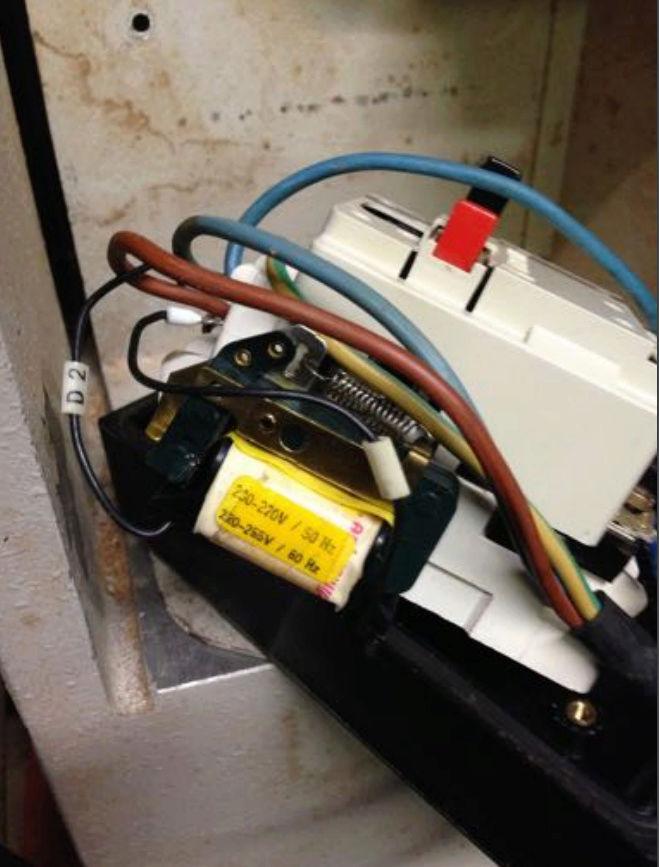 remplacer un disjoncteur démarreur sur un moteur monophasé 220 V 810