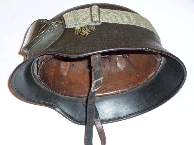 Jugulaire casque allemand montée à l'envers côté cuir à l'intérieur et brut à l P1250717