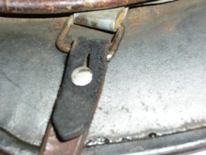 Jugulaire casque allemand montée à l'envers côté cuir à l'intérieur et brut à l P1250718