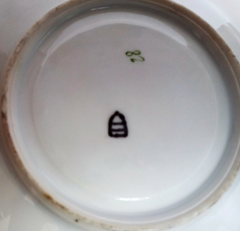 3-footed Tea cup with unknow Beehive mark Please help me to identify it 20171226