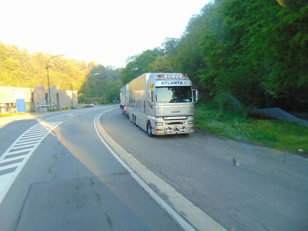Les Camions des forains - Page 6 Dsc01011
