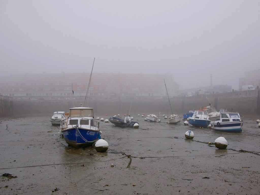 Le port dans la brume marine 27264710