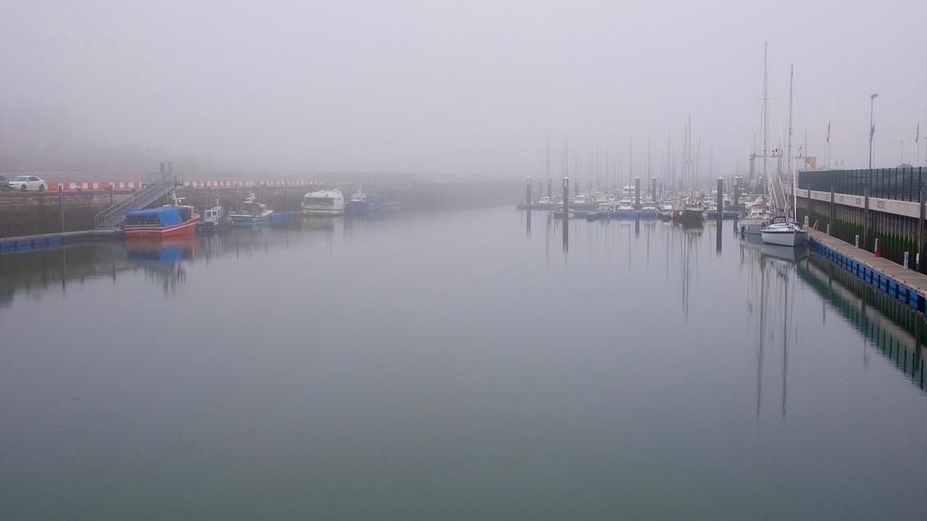 Le port dans la brume marine 28262910