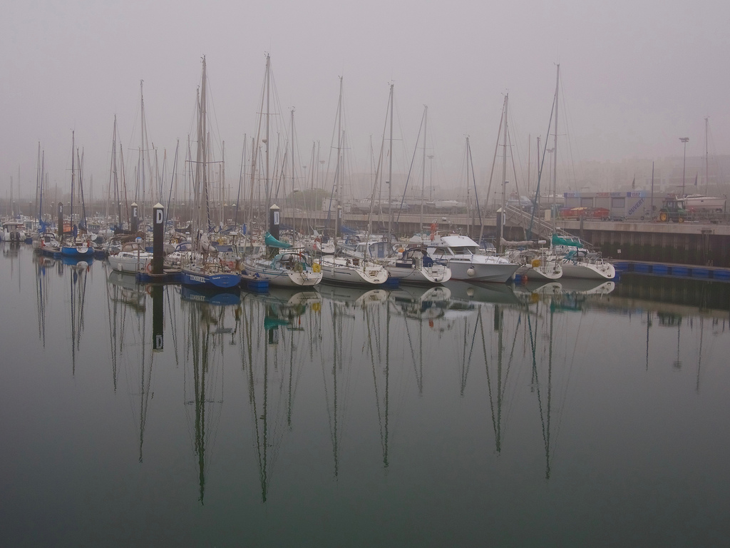 Le port dans la brume marine 42088910