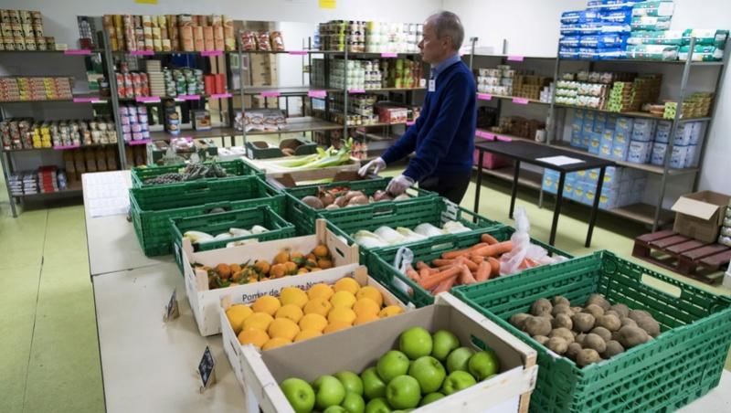 bonne action :Nice: la gendarmerie saisit une centaine de caisses de fruits et légumes et les offre aux Restos du Cœur A6f45810