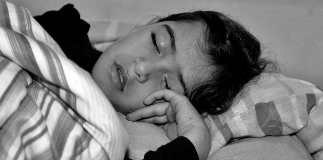 Une étude confirme que mettre les enfants au lit plus tôt est préférable pour la santé mentale des mamans Enfant12