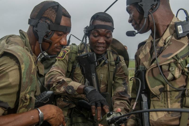 Armée du Gabon - Page 5 2414