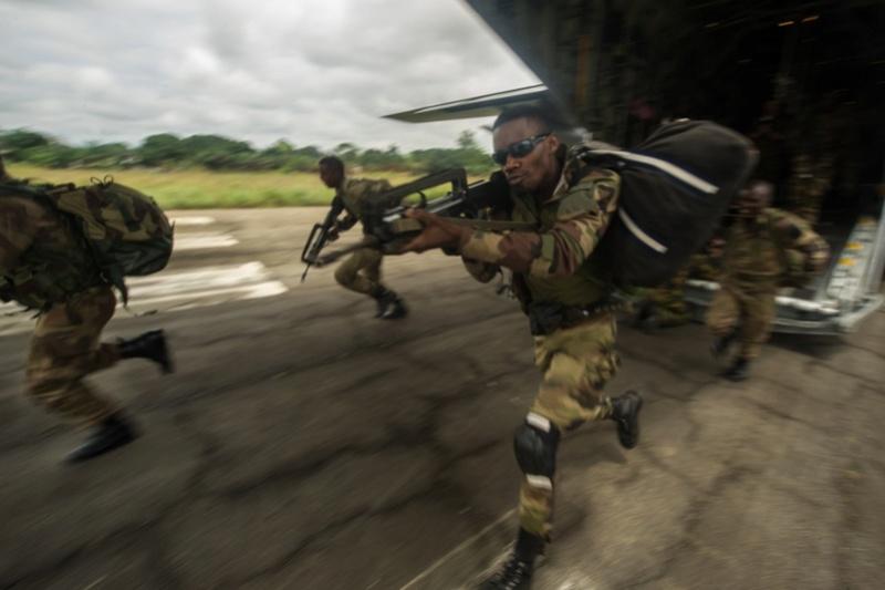 Armée du Gabon - Page 5 2815
