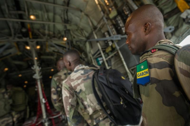 Armée du Gabon - Page 5 3711