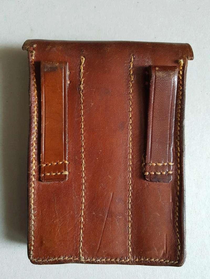 Les pochettes pour loger les chargeurs de rechange de Luger. - Page 2 Aa10