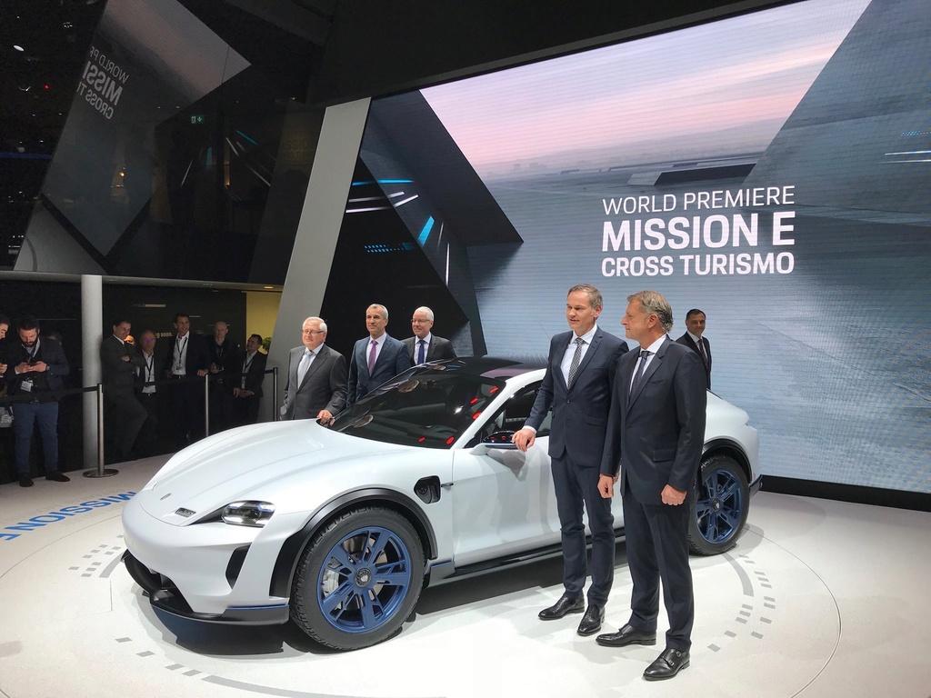 Porsche Mission E Cross Turismo B4111e10