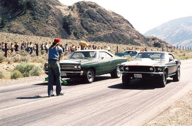 Vieille photo qui inclus des Mustang 65-73  12001910