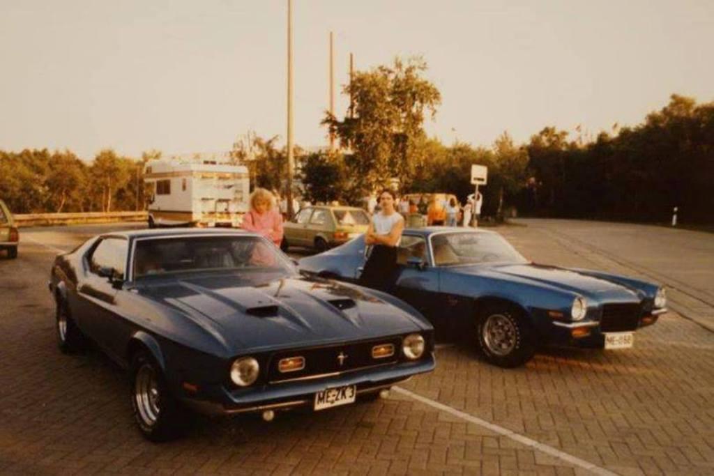 Vieille photo qui inclus des Mustang 65-73  45060610