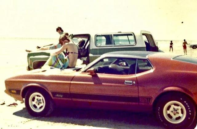 Vieille photo qui inclus des Mustang 65-73  54697210