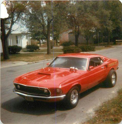 Vieille photo qui inclus des Mustang 65-73  98969510