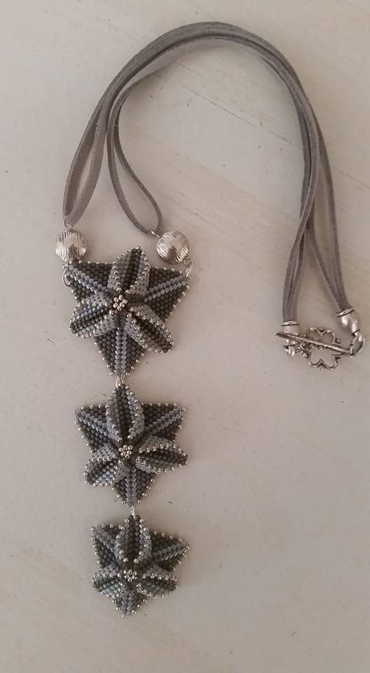 Quelques petits colliers  23754610