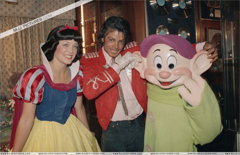 1984- Michael Welcomes Snow White And The Seven Dwarfs 00274