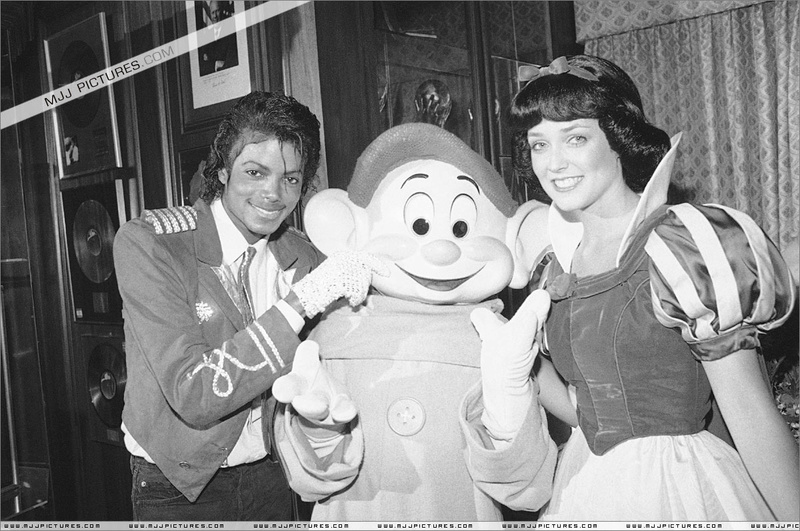 1984- Michael Welcomes Snow White And The Seven Dwarfs 00370