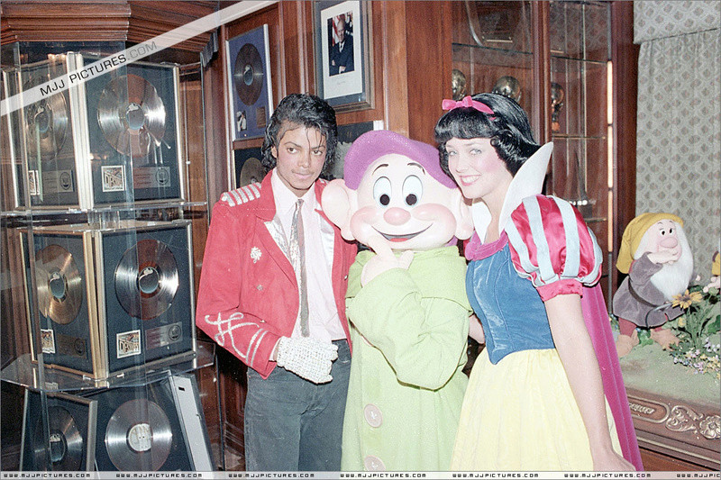 1984- Michael Welcomes Snow White And The Seven Dwarfs 00466