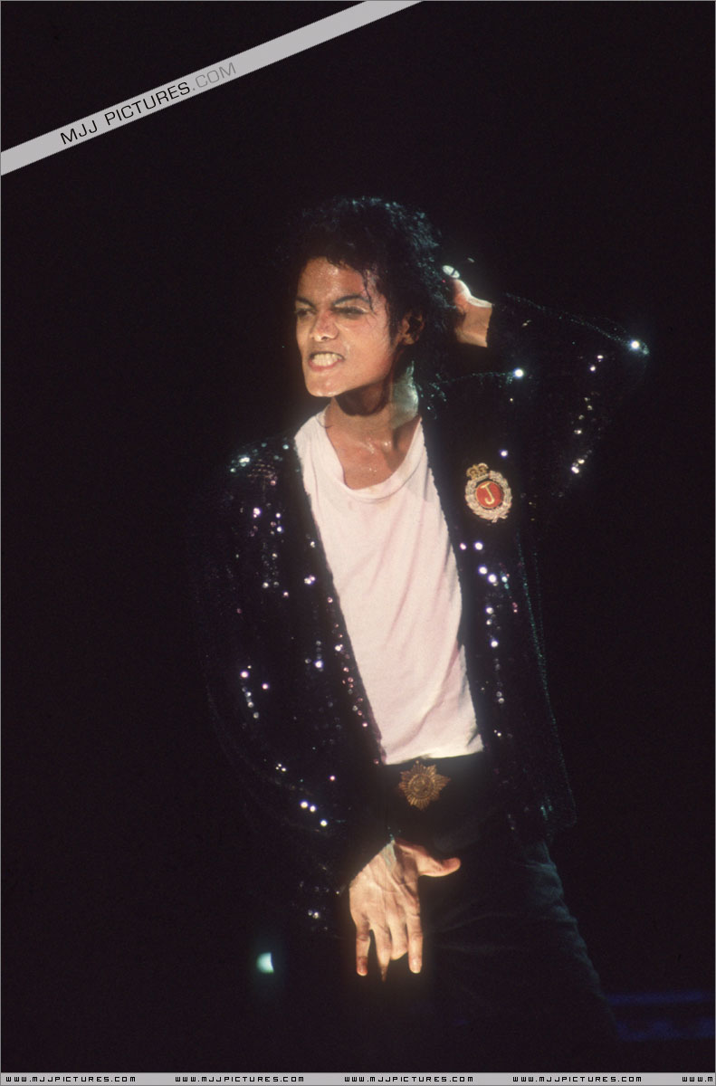 Bad World Tour Onstage- Billie Jean - Shake Your Body (Down To The Ground) 00488