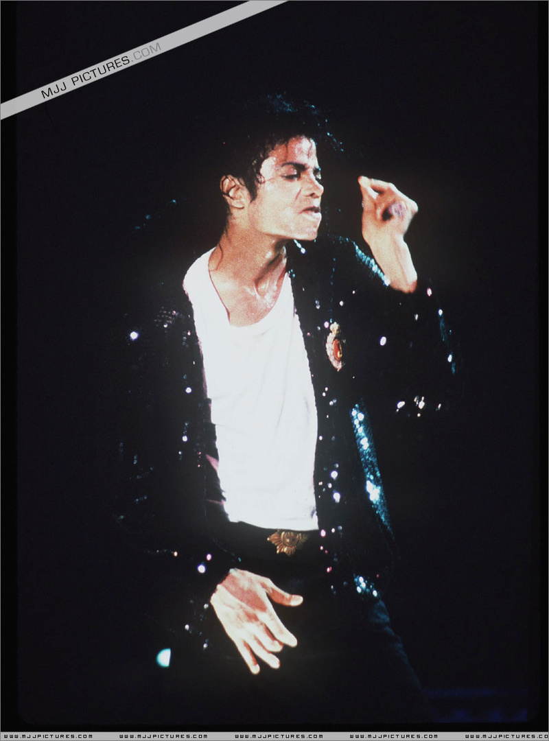 Bad World Tour Onstage- Billie Jean - Shake Your Body (Down To The Ground) 00576