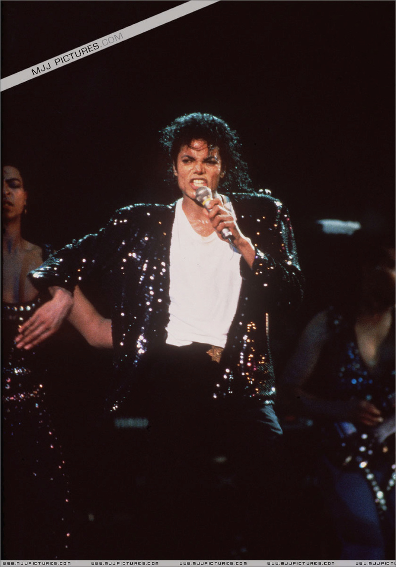 Bad World Tour Onstage- Billie Jean - Shake Your Body (Down To The Ground) 00670