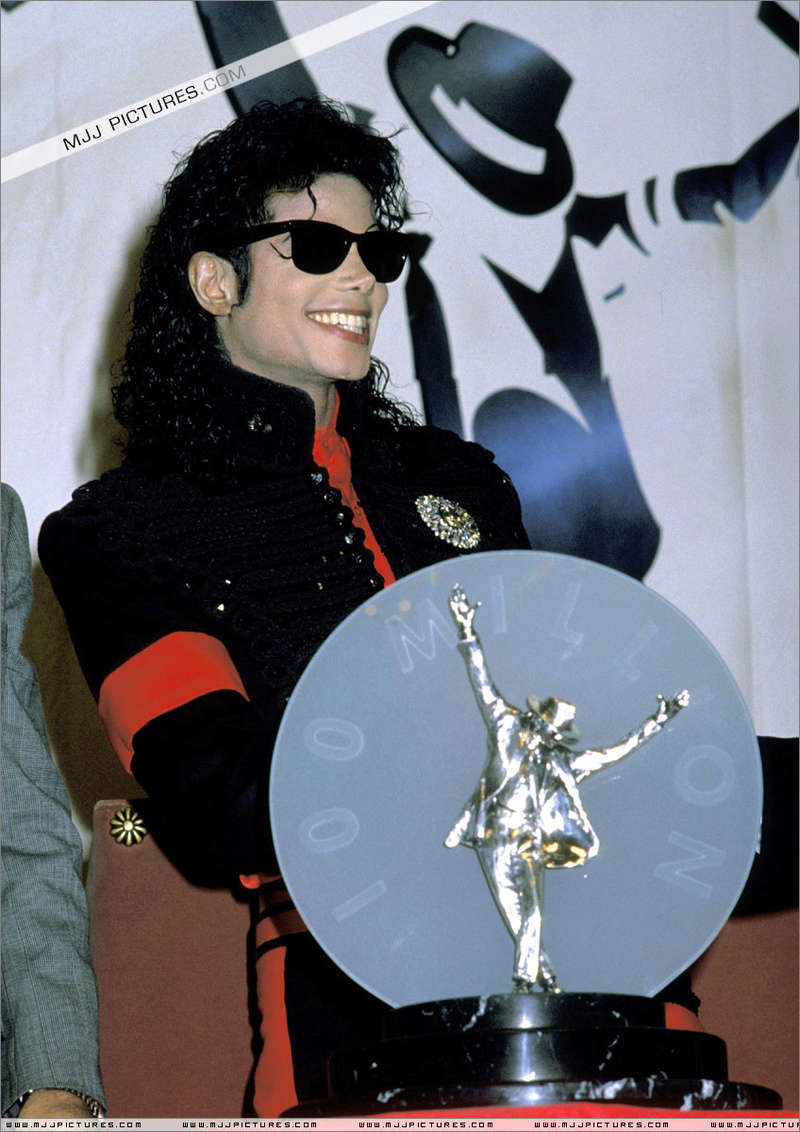 1990- CBS Records Top Selling Artist Of The Decade 01547