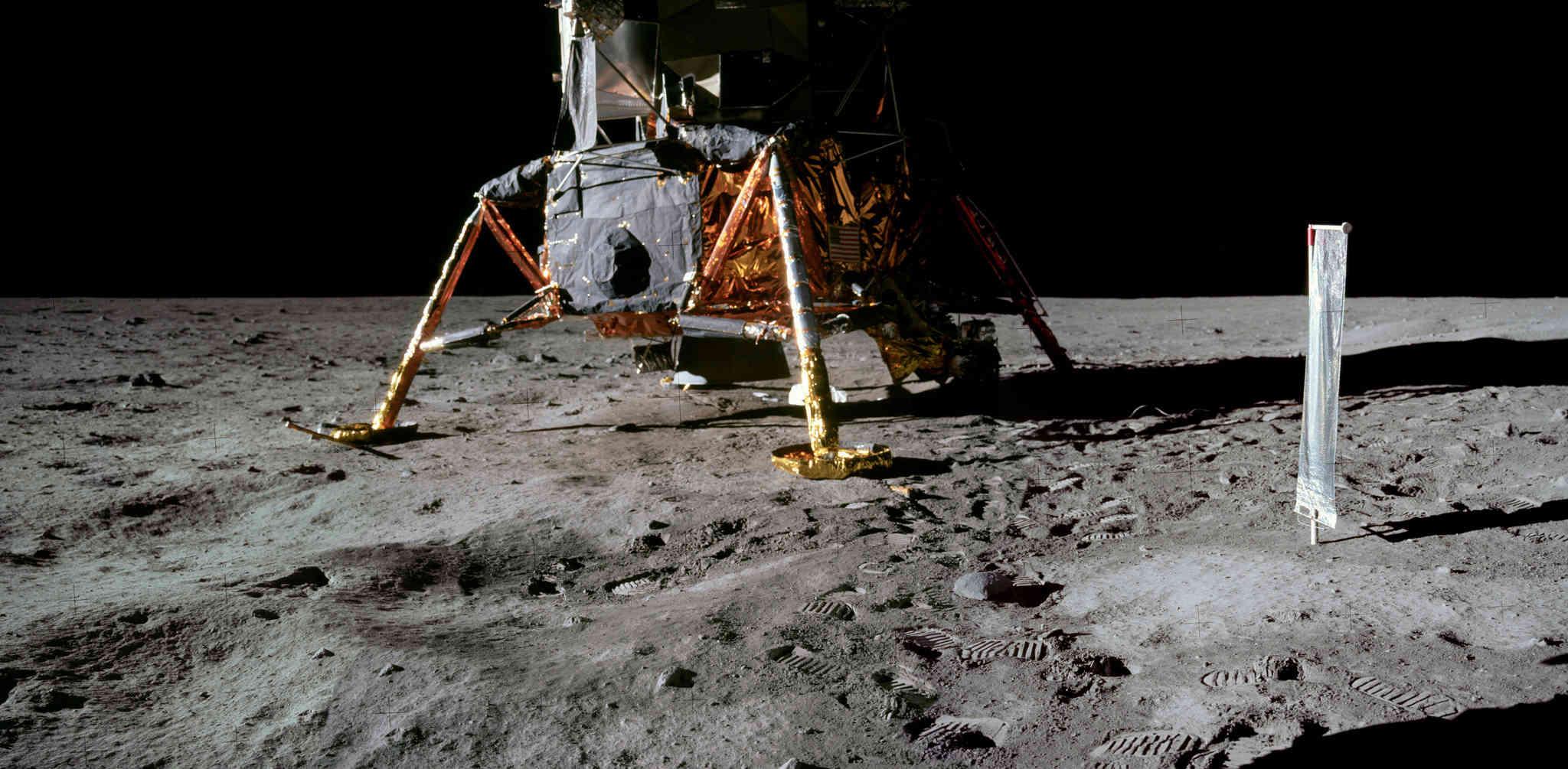 """Apollo 11 - """"Un Petit Pas""""  dans une grande bibliothèque d'images !! A11pan10"""