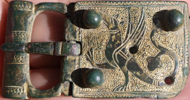 boucle avec chape médiévale décorée d'un dragon. Img_3010